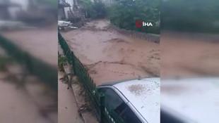 Sağanak yağışla gelen sel, otomobili dereye sürükledi