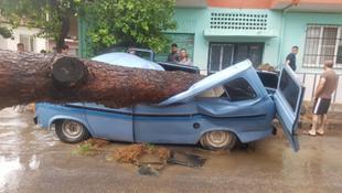 Yağış ve fırtına sonrası bazı cadde ve sokaklar savaş alanına döndü