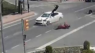 Motosiklet sürücüsünün fırladığı kaza anı kamerada