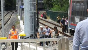 Marmaray'da arıza paniği ! Vatandaşlar raylarda yürüdü