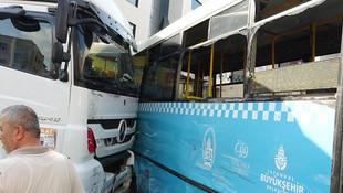 Hafriyat kamyonu halk otobüsüne çarptı !