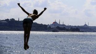 Sıcaktan bunalan soluğu İstanbul Boğazı'nda aldı!