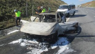 Lüks araç, içindeki 60 bin lira ile birlikte kül oldu
