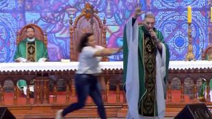 ''Şişman kadınlar cennete giremez'' diyen rahibi sahneden itti