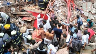 Hindistan'da çöken binada can pazarı