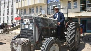 Belediye başkanı makam aracı olarak traktör kullanıyor !