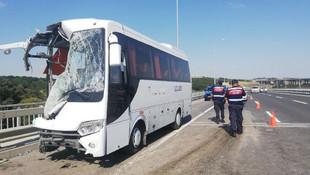 İstanbul'da servis aracı otobüse çarptı: Yaralılar var