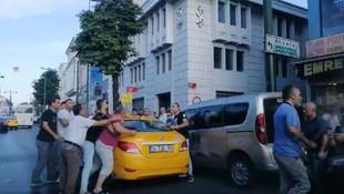 Taksici yolcuya bıçak çekti !
