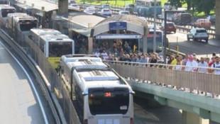 İstanbul'da sabah çilesi: Metrobüste uzun kuyruklar oluştu
