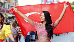 Türk kızı Miss Freedom of The World 2019 tacını taktı!