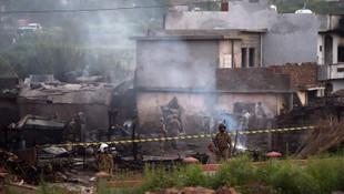 Askeri uçak evlerin üzerine düştü: 17 ölü