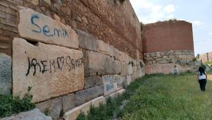Bursa'da 2 bin yıllık surları sprey boyayla karaladılar