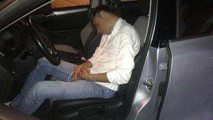 Kaza yapan alkollü sürücü direksiyon başında uyuya kaldı