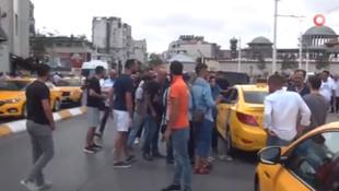 Taksim'de taksici ile kadın turist birbirine girdi