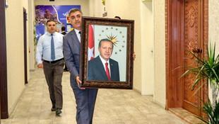 Belediyeye kayyum atanan Vali Bilmez, makamına Erdoğan'ın fotoğrafını astı