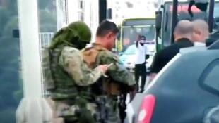 Yolcuları rehin alan saldırganı keskin nişancı vurdu