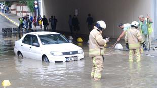 İstanbul'da sağanak: Yollar göle döndü, metrobüs alt geçidini su bastı
