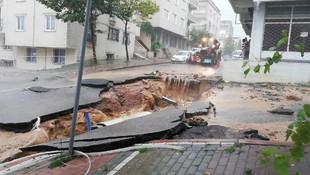 Kocaeli'yi sağanak vurdu: Evleri su bastı, yol çöktü