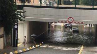 Marmaray geçidini su bastı, 2 araç mahsur kaldı