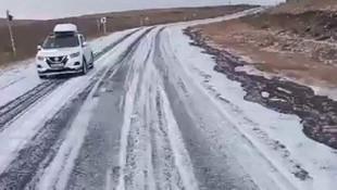 Yaz günü kar sürprizi; yollar bembeyaz oldu