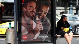 Coca Cola'nın eşcinselliğe vurgu yapan reklamı ortalığı karıştırdı