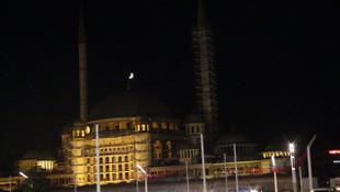 Taksim'de ilginç görüntü ! Herkes aydınlatma sandı ama