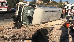 Otomobil ile minibüs çarpıştı: 3 ölü, 12 yaralı