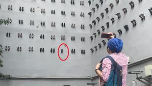 ''Utanç Duvarı''ndaki kadın ayakkabısını sökerken yakalandı