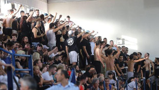 Tribünde terör estiren Yunan fanatikler, Türk Bayrağı'na izin vermedi