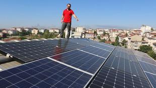 Evinin çatısında ürettiği elektriği hem kullanıyor hem satıyor