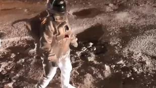 Astronot kıyafetiyle protesto etti
