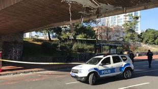 Beşiktaş'ta iş makinası üst geçide çarptı