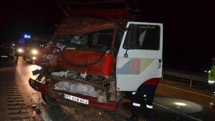 Kamyonet TIR'a çarptı: 1 ölü, 2 ağır yaralı