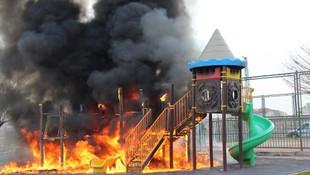 Vandallar çocuk parkını benzin döküp yaktı!