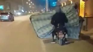 Motosikletle 2 yatak taşıdılar