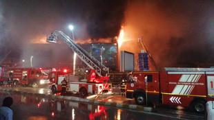AVM'de sabaha karşı korkutan yangın!