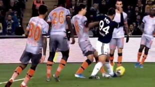 Fenerbahçe - Başakşehir maçında penaltı tartışması yaratan pozisyon