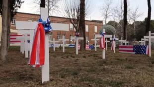İran'dan eski ABD Büyükelçiliğinin avlusuna ''intikam mezarlığı''