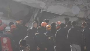 Çökme tehlikesi olan bina sallanınca Bakan Kurum uzaklaştı