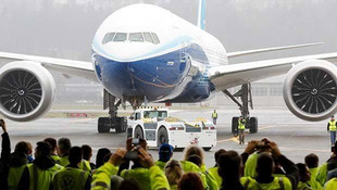 Dünyanın en büyük çift motorlu ticari uçağı havalandı