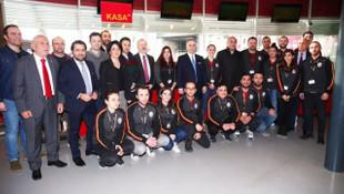 Mustafa Cengiz, depremzedeler için alışveriş yaptı