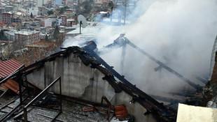 İzmir'de iki ev küle döndü