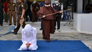 Endonezya'nın ilk kadın kırbaçcısı ortaya çıktı