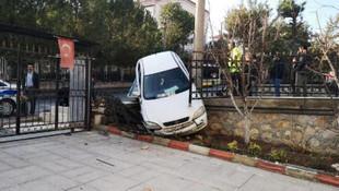 Otomobil villa bahçesine uçtu !
