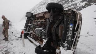 Karlı yolda minibüs devrildi: Yaralılar var !