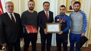 Avrupa şampiyonu engelli yüzücüye Vali'den ödül
