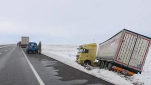 Sivas'ta kar sürgünü ulaşımı felç etti !