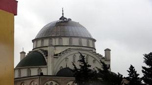 Depremde minaresi yıkılan camiyi fırtına vurdu