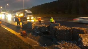 TEM'de yola devrilen kağıt balyaları, trafiği felç etti
