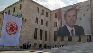 TBMM'nin Şeref Kapısı'na Erdoğan posteri asıldı